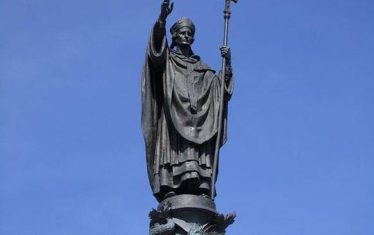 Der Kiliansbrunnen vor dem Würzburger Hauptbahnhof, enthüllt am Kilianstag 1895, war ein Geschenk von Prinzregent Luitpold an die Würzburger.