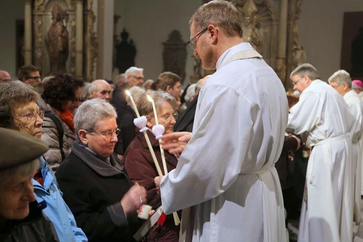 Geistliche spenden den Blasiussegen im Würzburger Dom
