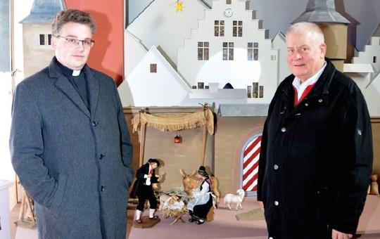 Pfarrer Simon Mayer und Manfred Goldkuhle freuen sich über die neue Krippe.
