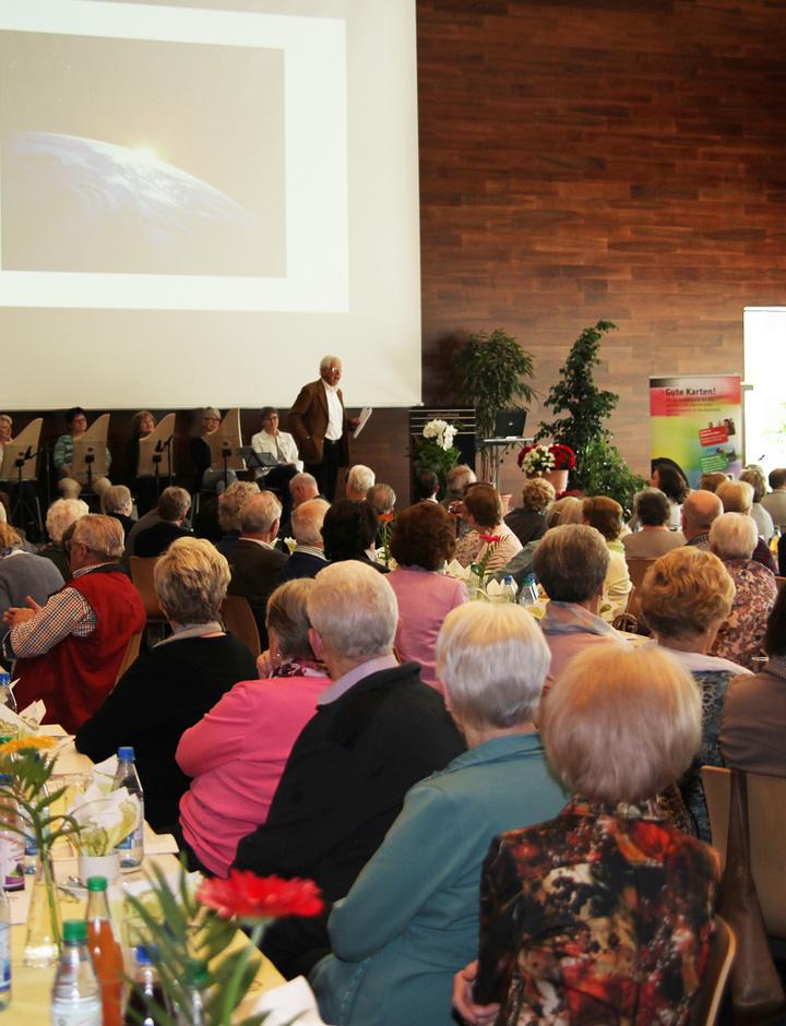 """Senioren sitzen bei den Feierlichkeiten zu """"25 Jahre Seniorenforum Aschaffenburg""""."""