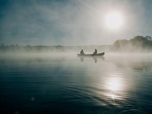 Fischer im Nebel auf einem See