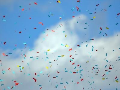 Konfetti fliegt in den Himmel