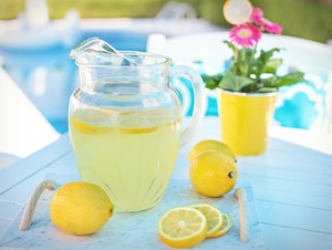 Zitronenlimonade am Pool