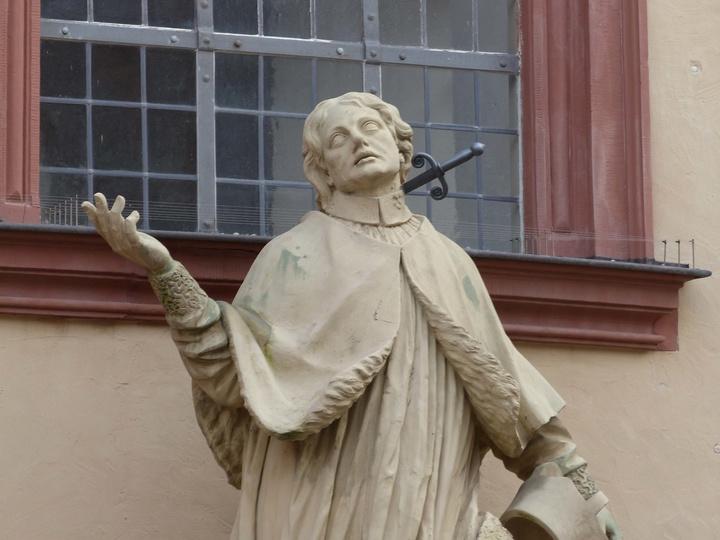 Eine Statue des heiligen Aquilins vor der Pfarrkirche St. Peter und Paul in Würzburg.
