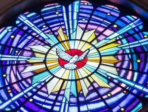 Kirchenfenster mit der Heilig-Geist-Taube