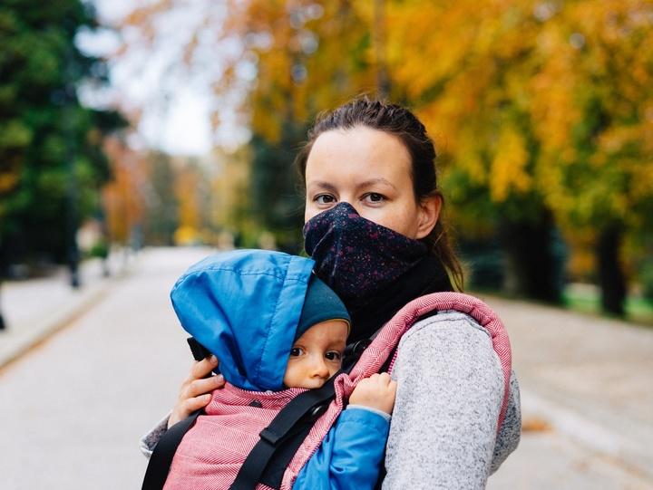 Mutter mit Kind in der Corona-Pandemie