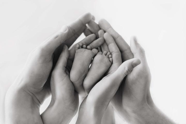 Babyfüßchen in Elternhänden