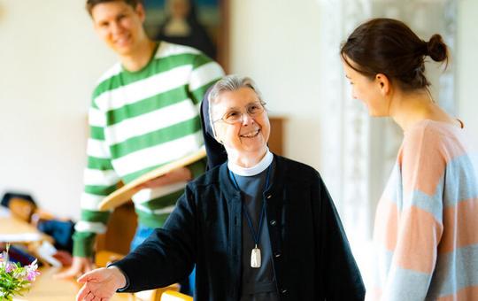 Schwester Erentrud Iselt im Gespräch mit einer Interessentin am Freiwilligen Ordensjahr.