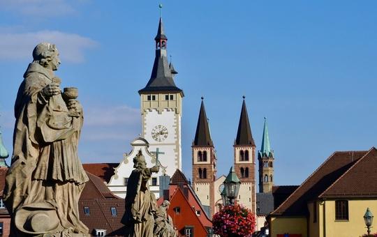 Blick auf das Würzburger Rathaus und den Kiliansdom