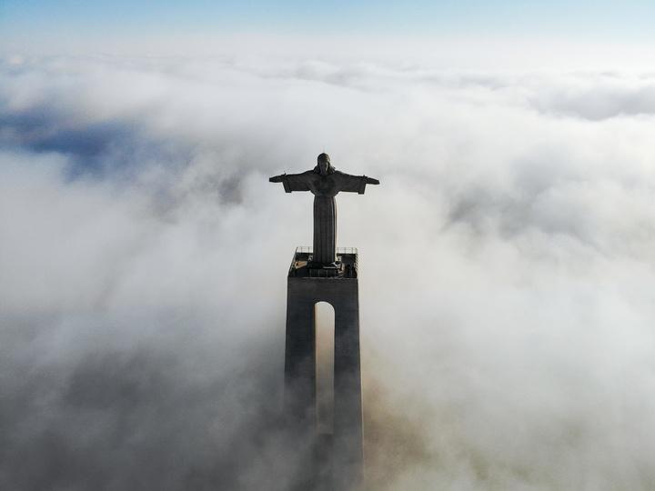 Jesusfigur im Nebel