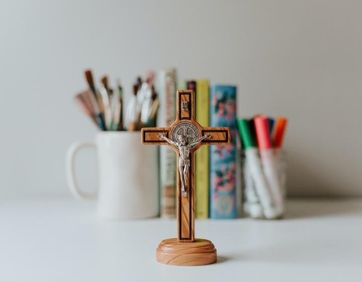 Kreuz vor Schreibutensilien
