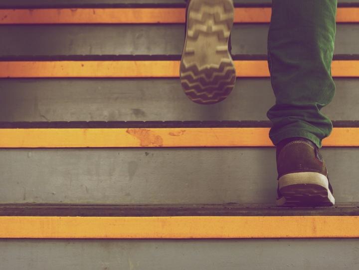 Ein Mann geht Stufen hinauf.
