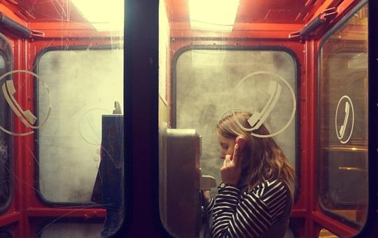 Frau in Telefonzelle