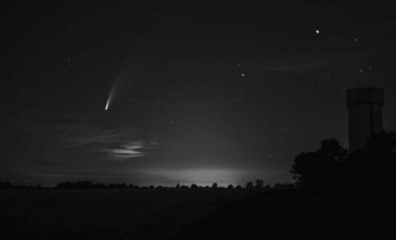 Am dunklen Nachthimmel ist der Komet Neowise zu sehen.