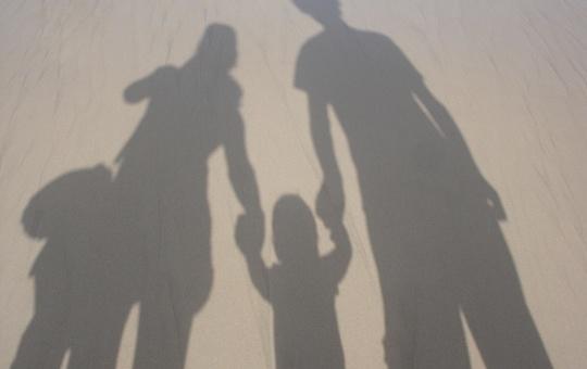 Symbolbild: Schatten einer Familie auf der Straße.
