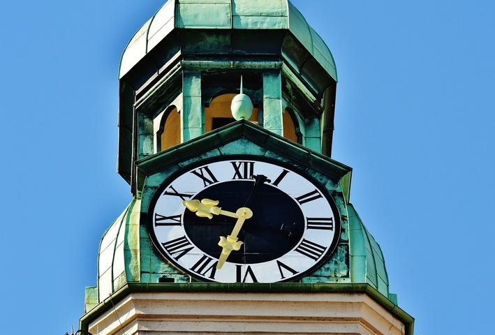 Uhr an einem Kirchturm