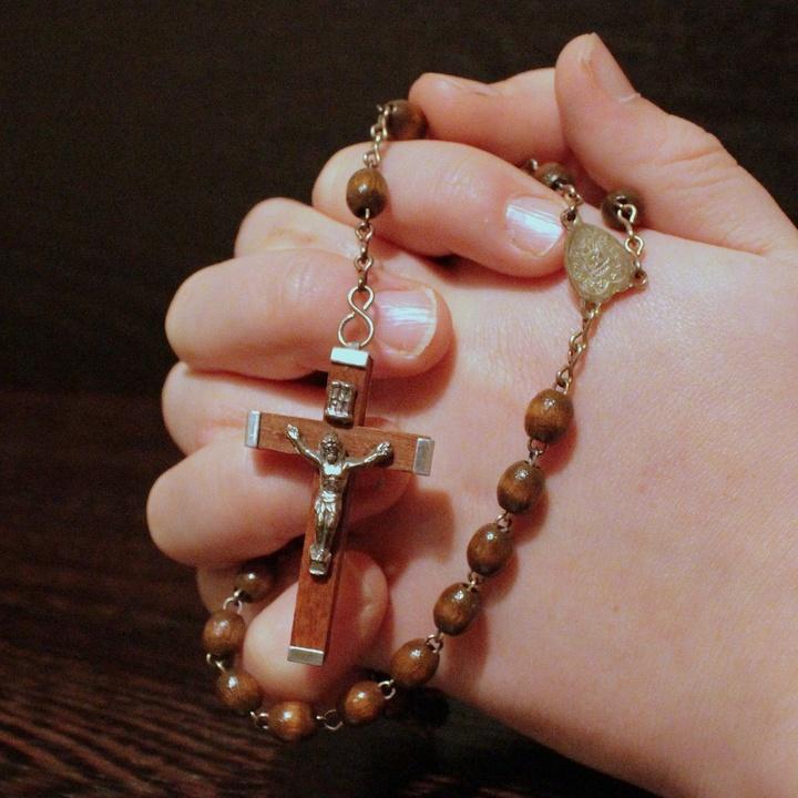 Betende Hände mit Rosenkranz