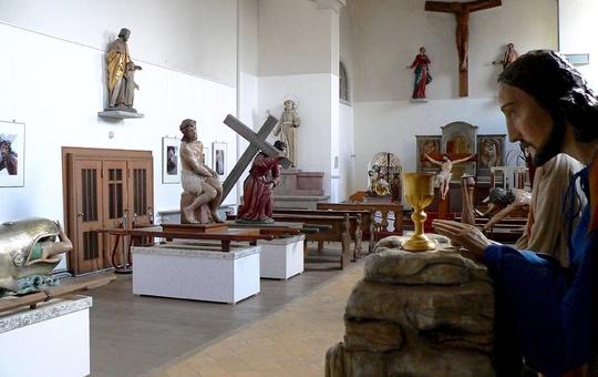 Blick in die Kapuzinerkirche in Lohr mit ihrer Präsentation der Lohrer Karfreitagsfiguren