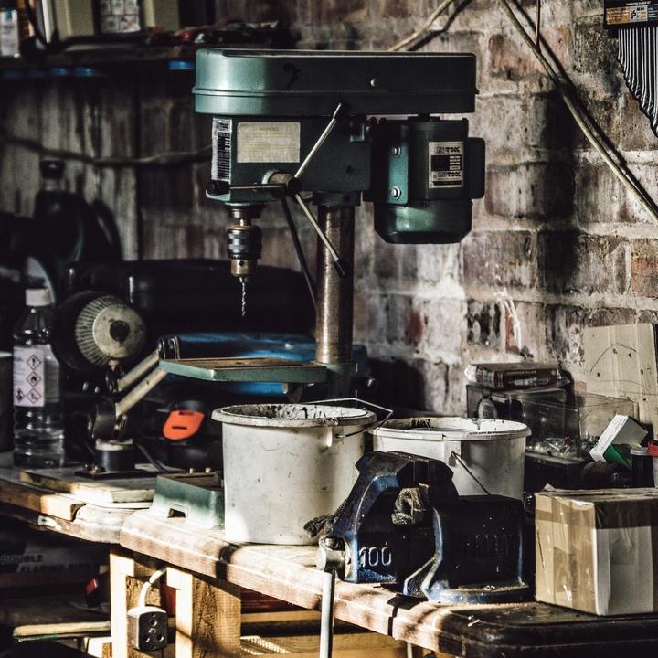 Innenraum einer Werkstatt.