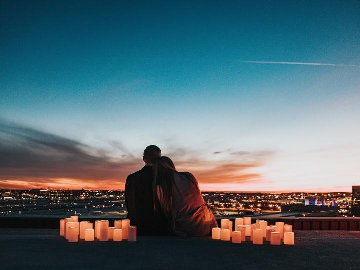 Paar im Kerzenschein