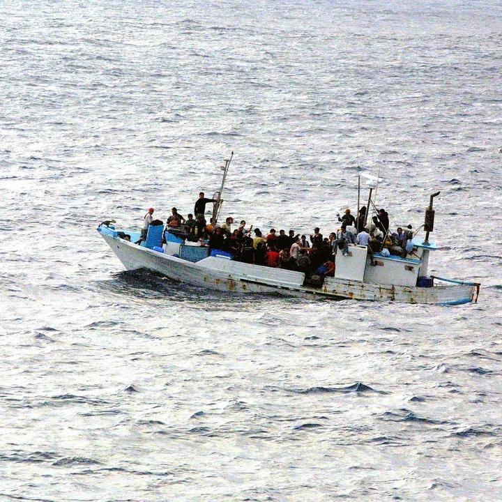 Boot mit Flüchtlingen auf dem Meer