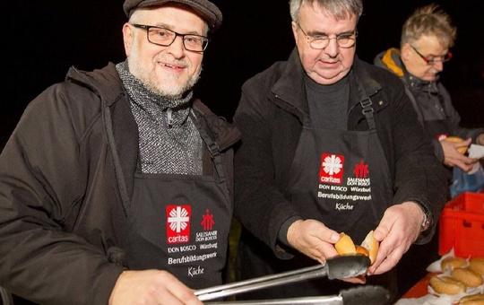 Caritas-Don Bosco-Direktor Andreas Halbig (links) und Domkapitular Clemens Bieber sorgten in Gadheim mit heißen Würstchen für das leibliche Wohl.