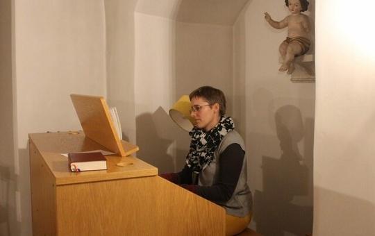 Schwester Juliana Seelmann beim Orgelspielen.
