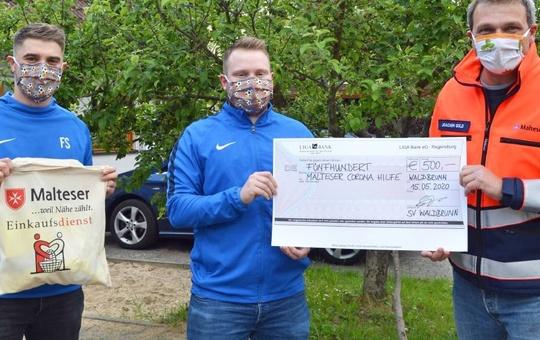 500 Euro spendet die Fußballabteilung des SV Waldbrunn an die Malteser Corona-Hilfe (von links): die Spieler Felix Schrauth und Frederik Lanny vom SV Waldbrunn und Joachim Gold, Stadtbeauftragter der Malteser Würzburg.