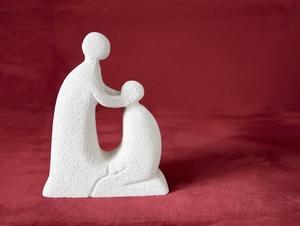 Eine Figur wird von einer anderen gesegnet
