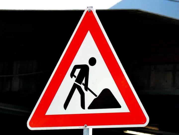 Straßenschild mit Baustellensymbol