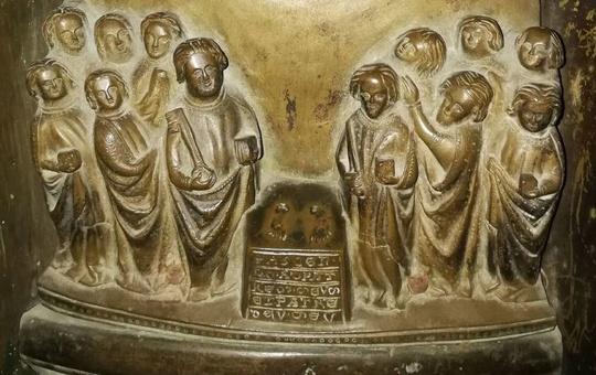 Darstellung von Christi Himmelfahrt auf dem mittelalterlichen Taufbecken im Würzburger Kiliansdom