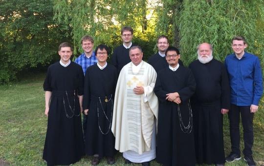 Eine Gruppe von Mönchen des Redemptoristenklosters Würzburg auf einer Wiese