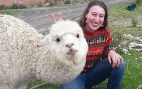 Johanna Pfeuffer während ihres Aufenthalts in Südamerika mit einem Alpaka.