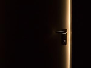 Türspalt mit Licht