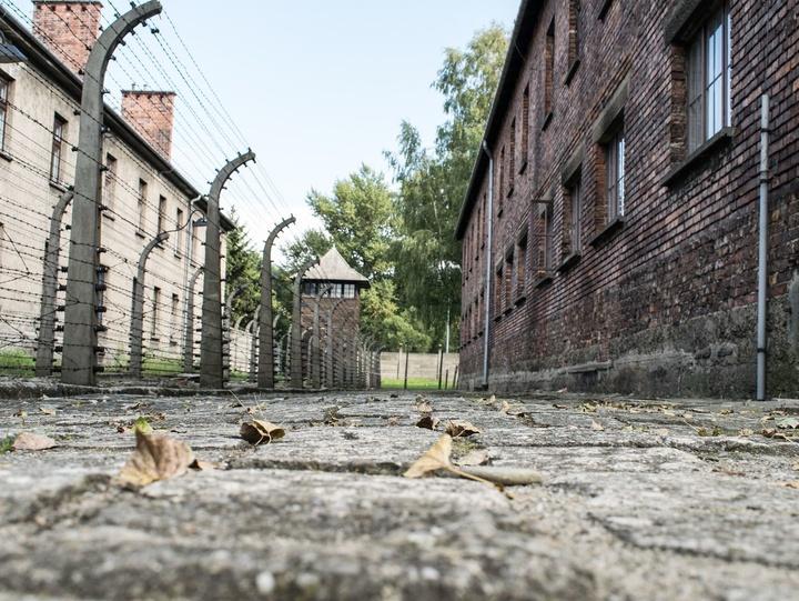 Ehemaliges Konzentrationslager mit Stacheldrahtzaun.