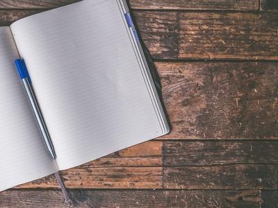 Leerer Notizblock mit Stift