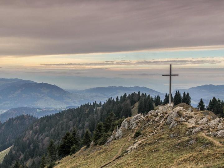 Ein Kreuz inmitten vieler Berge
