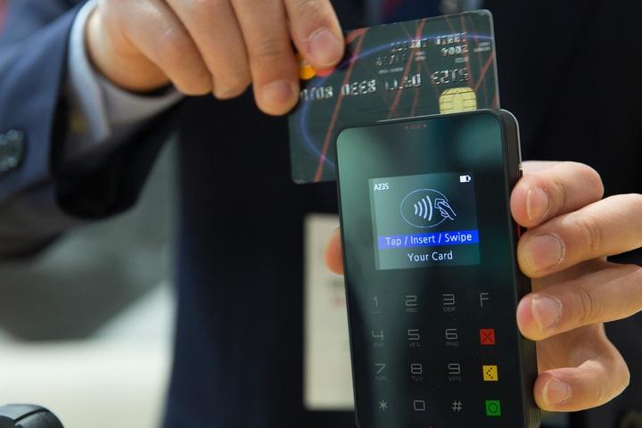 Kreditkarte und ein Lesegerät