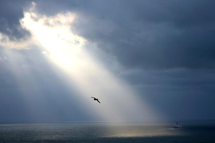 Sonne bricht durch bewölkten Himmel