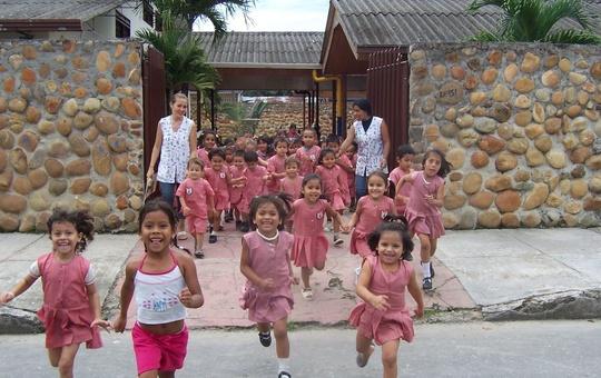 Kinder stürmen aus einer Kindertagesstätte in Villavincencio in Kolumbien