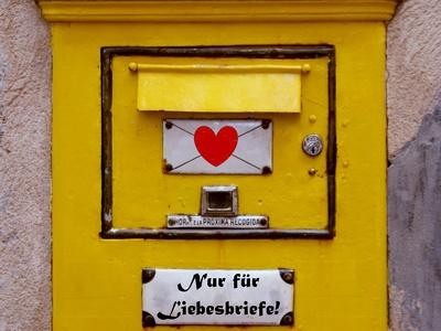 """Gelber Briefkasten mit Aufschrift """"Nur für Liebesbriefe"""""""