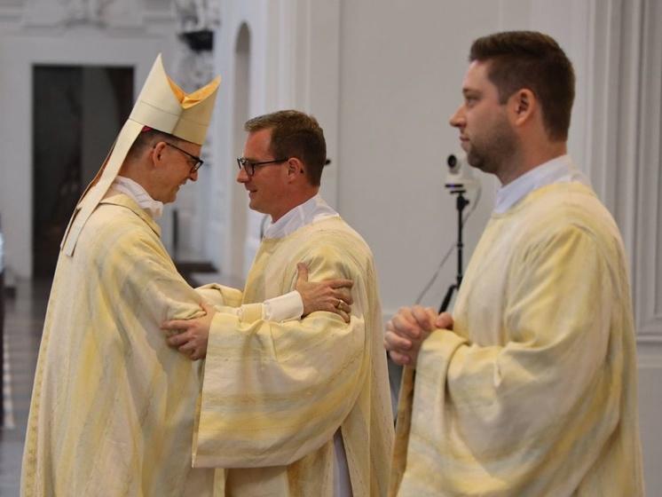 Bei einem Pontifikalgottesdienst am Samstag, 26. September, hat Bischof Franz (links) im Würzburger Kiliansdom Benjamin Schimmer (Mitte) und Manuel Thomas zu Diakonen geweiht.