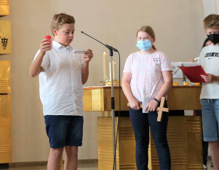 Beim Eröffnungsgottesdienst der Ausstellung stellten die Schülerinnen und Schüler die sieben Werke der Barmherzigkeit vor.