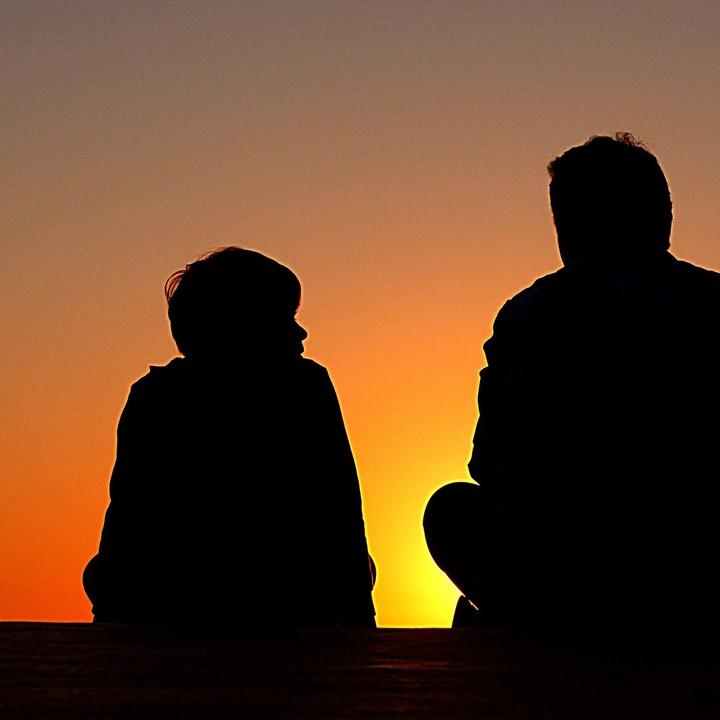 Mann und Junge im Gespräch