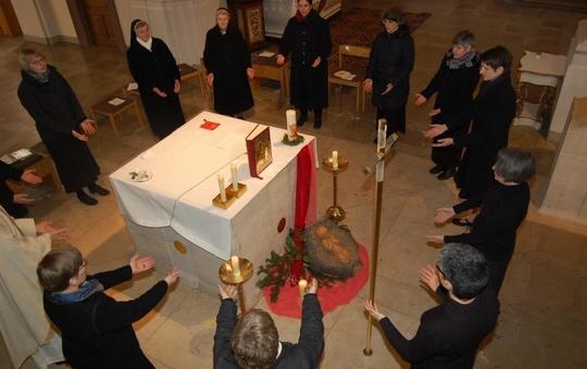 Ordensschwestern aus dem Kloster Oberzell beten gemeinsam