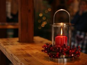 Eine Kerze bringt Licht.