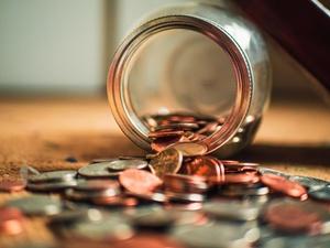 Münzen fallen aus Glas