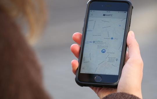 Handy mit Geocach auf dem Bildschirm