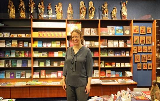 Geschäftsführerin Susanne Kern in der Buchhandlung am Dom