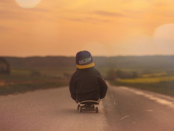Junge auf Skateboard